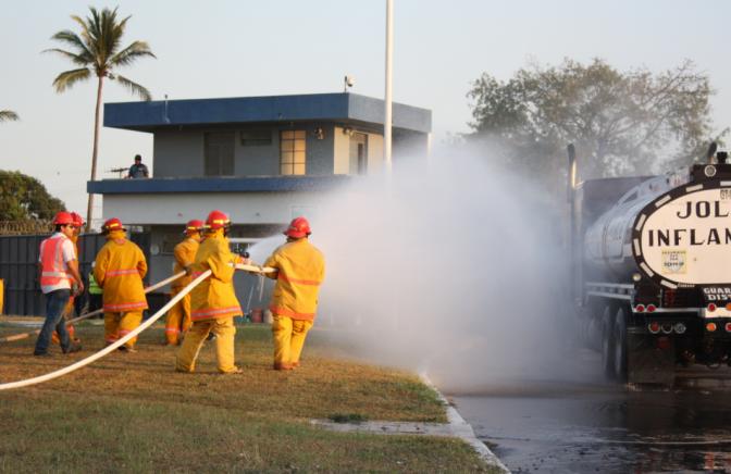 Bomberos industriales realizan una práctica de fuego. Foto: Luis Assardo